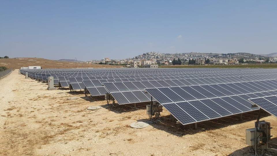 في الصور محطه الشركة المتطورة الحديثة لانتاج الطاقه الشمسية