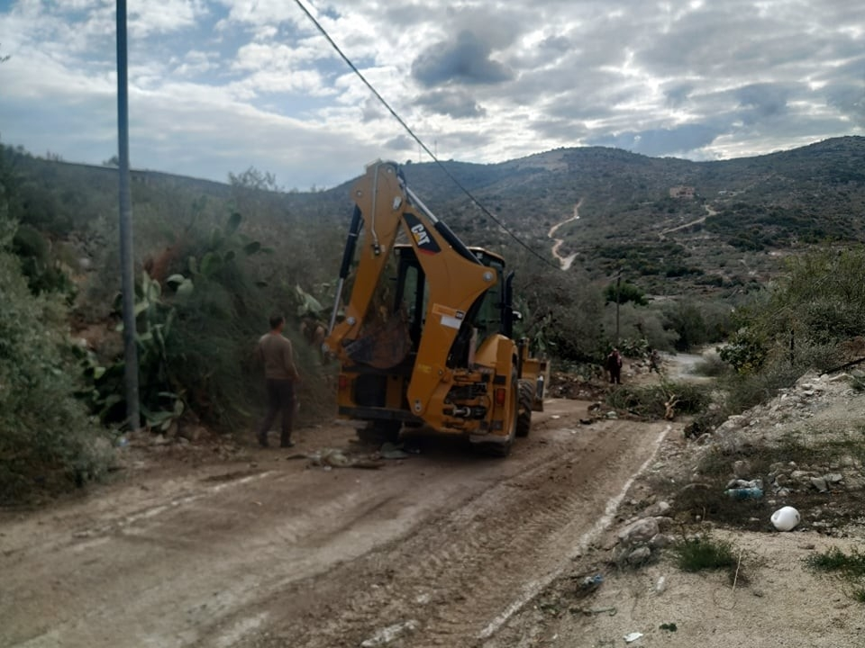 من اعمال قسم الصحة والبيئة اليوم في ازالة تعديات الاشجار على الطرقات والشوارع في البلدة .